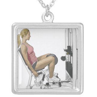 Ejemplo de la mujer que usa el abductor de la cade collar personalizado