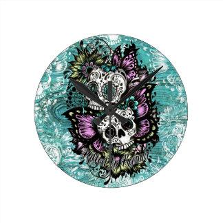 Ejemplo de los cráneos del azúcar de la mariposa e reloj de pared