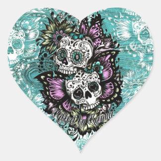Ejemplo de los cráneos del azúcar de la mariposa pegatina en forma de corazón