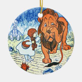 Ejemplo de mago de Oz del vintage - Dorothy y león Adorno Navideño Redondo De Cerámica