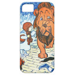 Ejemplo de mago de Oz del vintage - Dorothy y león iPhone 5 Case-Mate Protectores