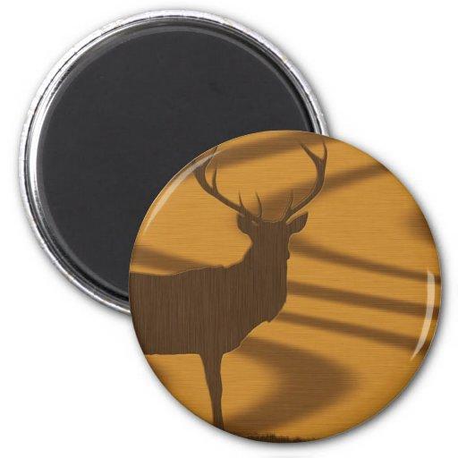 Ejemplo de un ciervo en nuez en fondo del roble imanes de nevera