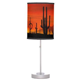 Ejemplo del árbol del cactus cuando la puesta del lámpara de mesa