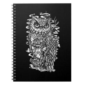 Ejemplo del búho del estilo del tatuaje de la plum notebook