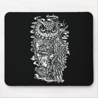 Ejemplo del búho del estilo del tatuaje de la plum tapetes de raton