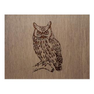Ejemplo del búho grabado en el diseño de madera postal
