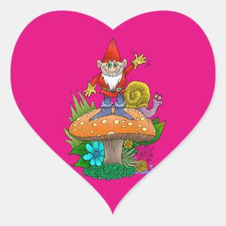 Ejemplo del dibujo animado de un gnomo que agita pegatina en forma de corazón