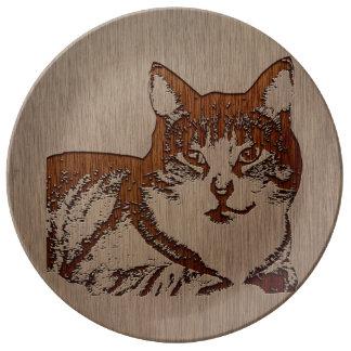 Ejemplo del gato grabado en el diseño de madera plato de cerámica