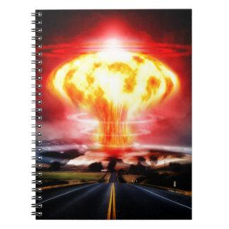 Ejemplo del hongo atómico de la explosión nuclear libro de apuntes con espiral