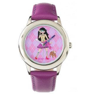 Ejemplo del modelo de moda con su perro lindo reloj de mano