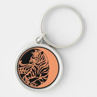Ejemplo del tigre en negro llavero redondo plateado