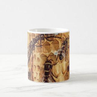 Ejemplo del vintage, abejas en una colmena tazas