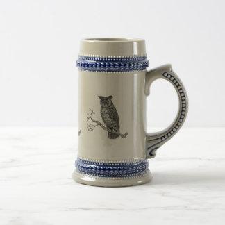 Ejemplo del vintage de un búho que se sienta en jarra de cerveza
