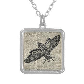 Ejemplo del vintage del insecto de la polilla en colgante cuadrado