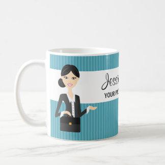 Ejemplo lindo de la mujer de negocios con el pelo taza de café