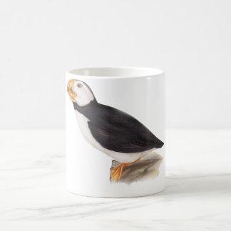 Ejemplo lindo de los pájaros del frailecillo taza de café