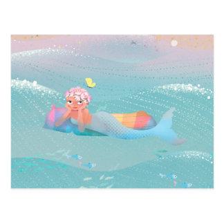 Ejemplo lindo del día de las sirenas en la playa tarjeta postal