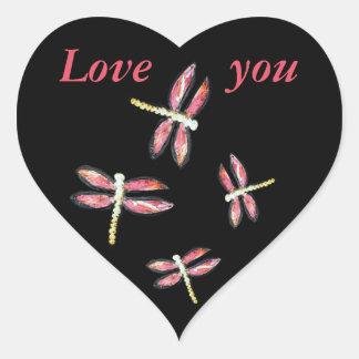 Ejemplo rosado de baile de la libélula pegatina en forma de corazón
