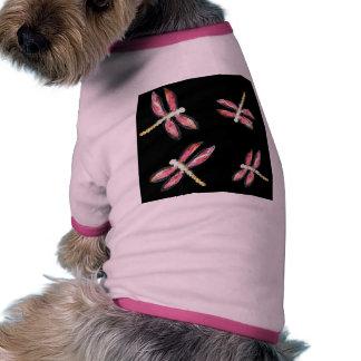 Ejemplo rosado de baile de la libélula camiseta de mascota