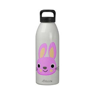 Ejemplo rosado lindo de la animación del conejo botellas de beber