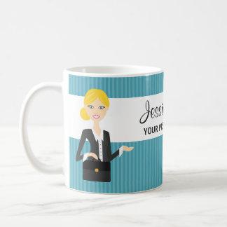 Ejemplo rubio lindo de la mujer de negocios taza de café