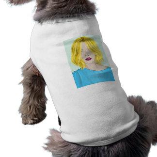 Ejemplo rubio magnífico de la mujer playera sin mangas para perro