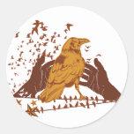 Ejemplo solitario del cuervo pegatina redonda