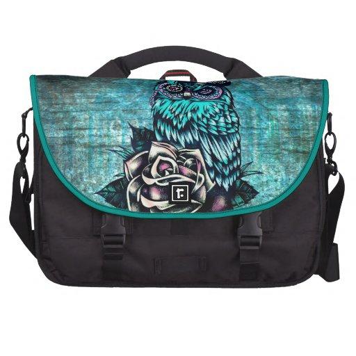 Ejemplo texturizado colorido del búho en base del  bolsa de ordenador