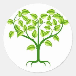 Ejemplo verde del árbol del corazón pegatina redonda