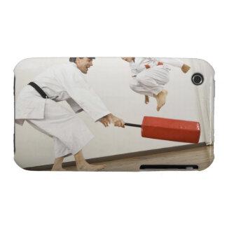 Ejercicio de la agilidad en clase del karate iPhone 3 Case-Mate fundas