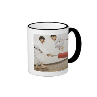 Ejercicio de la agilidad en clase del karate taza de dos colores