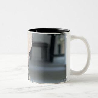 Ejercicio maduro de la mujer taza de dos tonos