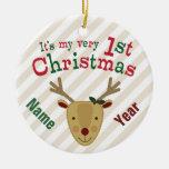 El 1r navidad del bebé con la nariz roja del reno adorno navideño redondo de cerámica