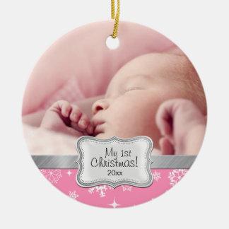 El 1r navidad del bebé.  Copos de nieve rosados y Adorno Redondo De Cerámica