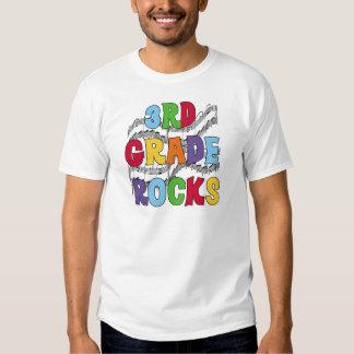 El 3ro grado multicolor oscila las camisetas y los remeras