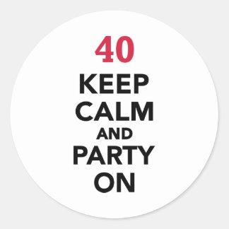 el 40.o cumpleaños guarda calma y va de fiesta pegatina redonda