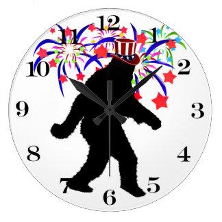 el 4 de julio Squatchin w/Fireworks Reloj Redondo Grande