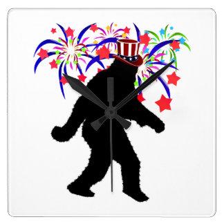 el 4 de julio Squatchin w/Fireworks Reloj Cuadrado