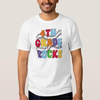 El 4to grado multicolor oscila las camisetas y los camisas