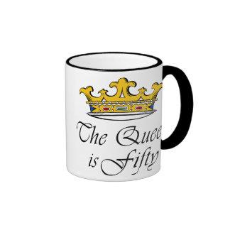 ¡el 50.o cumpleaños la reina es 50! taza de dos colores