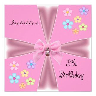 El 5to cumpleaños de la invitación florece el arco