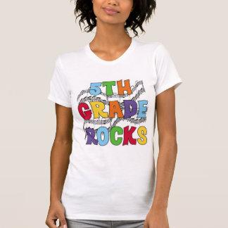 El 5to grado multicolor oscila las camisetas y los