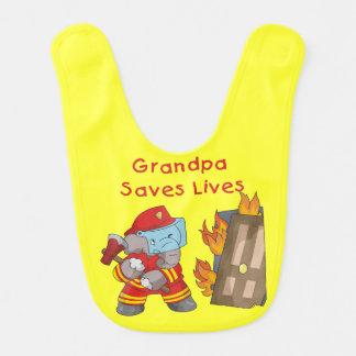 El abuelo del bombero del elefante ahorra el baber baberos para bebé