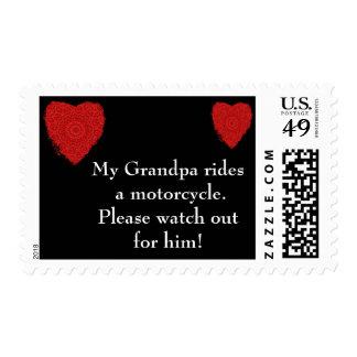 El abuelo monta una motocicleta, tiene cuidado estampillas