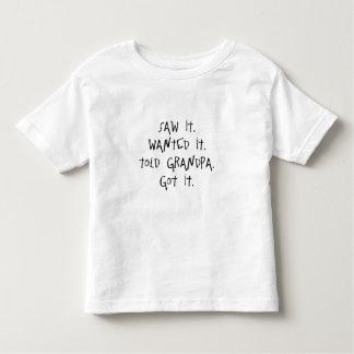 El abuelo oscila el camisetas para los niños