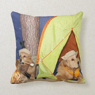 El acampar de los perros perdigueros de oro cojin