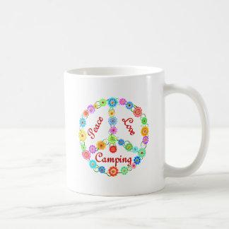El acampar del amor de la paz taza de café