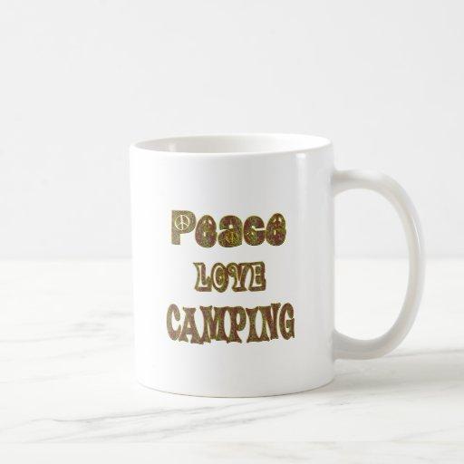 El acampar del amor de la paz taza clásica