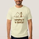 el acampar está en tiendas poleras