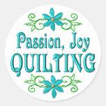 El acolchar de la alegría de la pasión pegatinas redondas